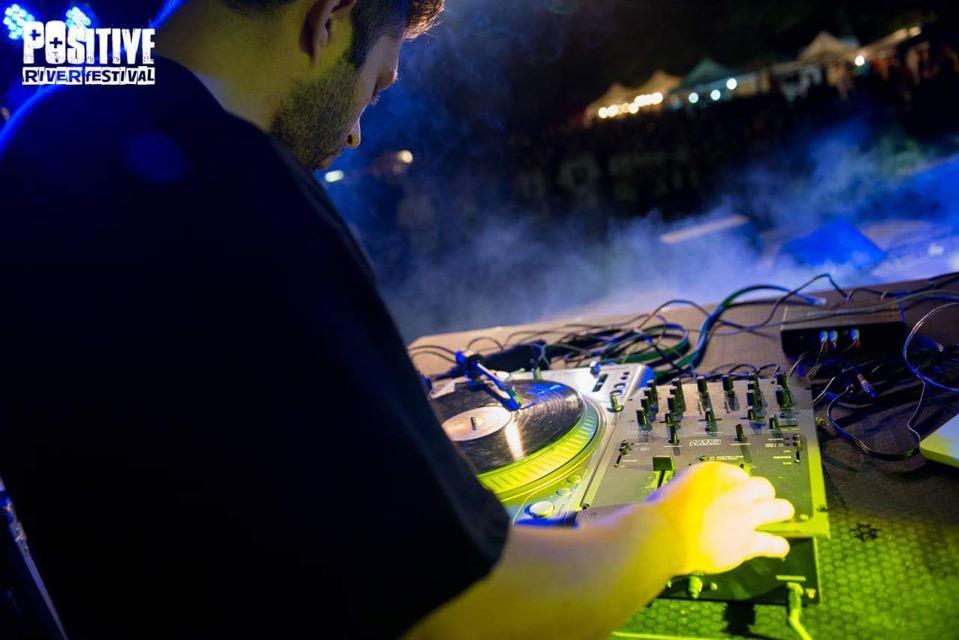 DJ T-Robb live scratch