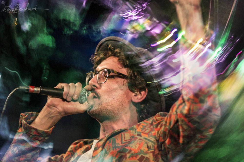 Willie Peyote sul palco con microfono