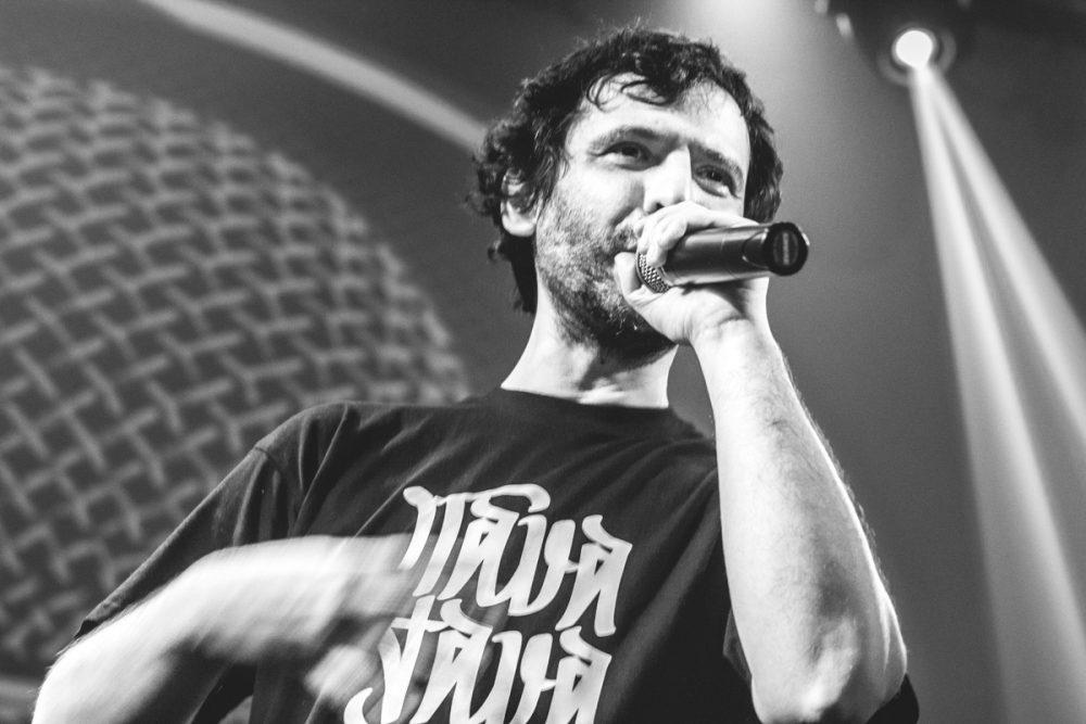 DJ Gruff si esibisce al microfono