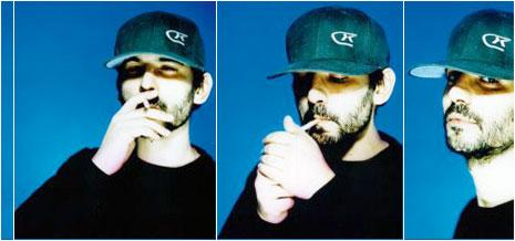 DJ Gruff si accende la sigaretta