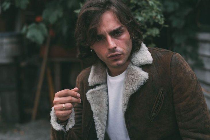 Ernia, il rapper in bilico tra l'arroganza di Gué Pequeno e la poetica di Baudelaire