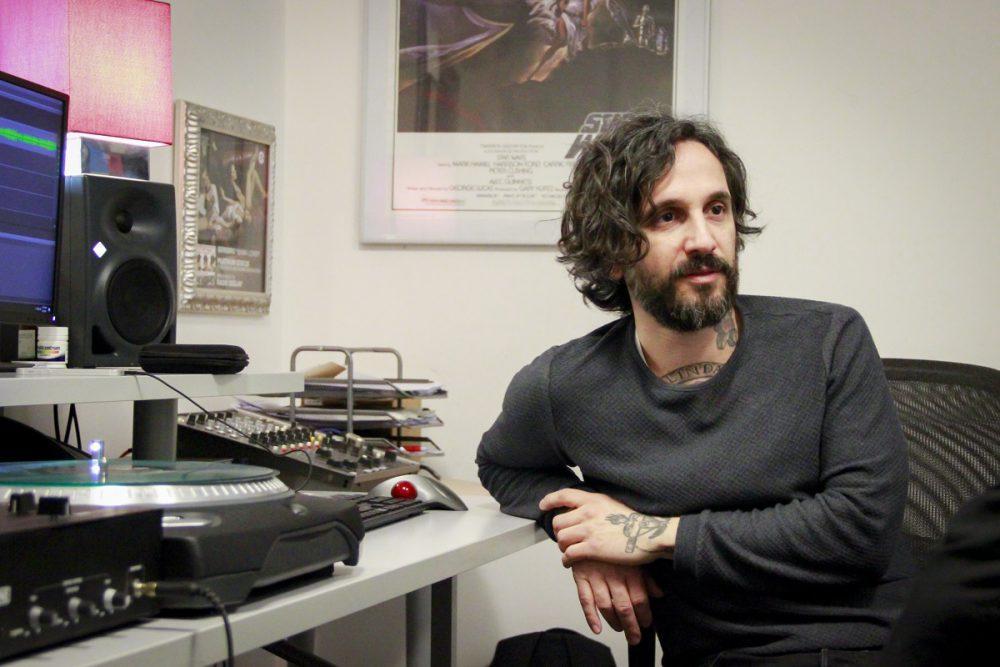 DJ Aladyn seduto