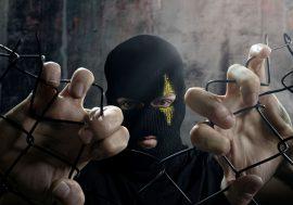 Mezzosangue pubblica Out Of The Cage a colpi di rime