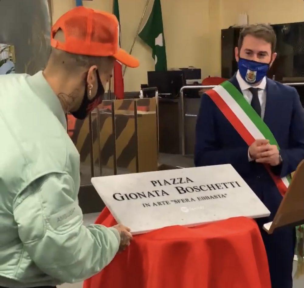 Sfera Ebbasta e sindaco Cinisello Balsamo