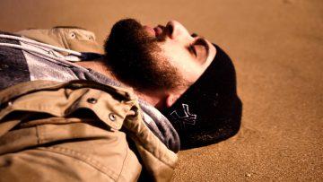 Lo Straniero racconta la cruda realtà dei migranti nel singolo Onde